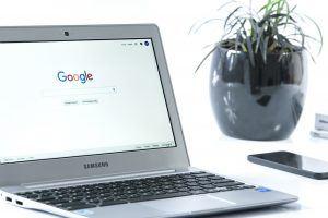 מחשב נייד גוגל סמארטפון ועציץ